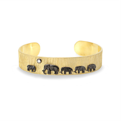 Closeup photo of 14K Tsavo Nights Trail Cuff